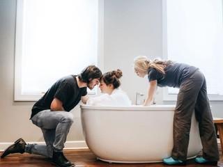 Роды в воде: преимущества и недостатки метода