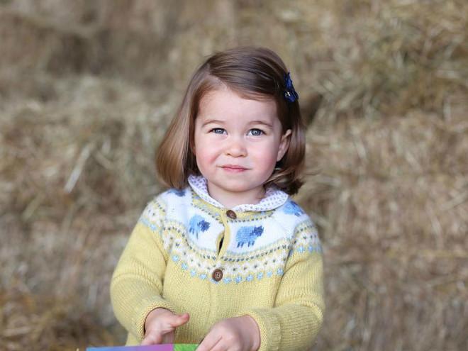 Принцесса Шарлотта чувствует себя хозяйкой в королевском дворце