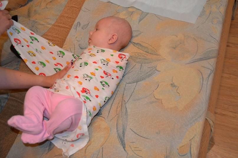 4 месячный ребенок во сне машет руками ногами