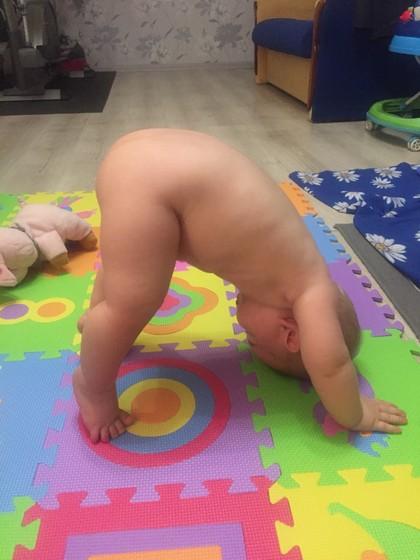 Малыш стоит на голове🙃