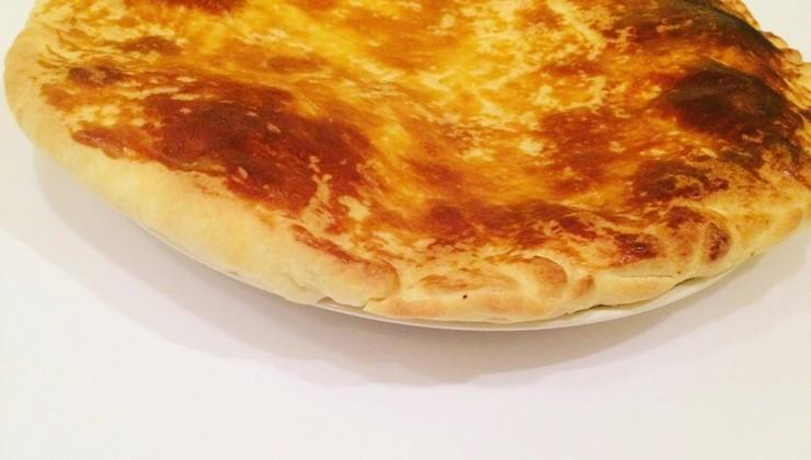 Слоеный пирог с творогом и сыром