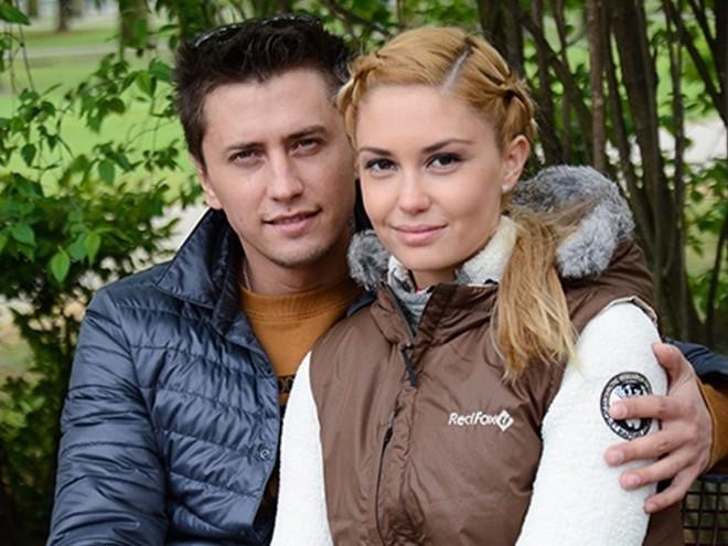 Видео: Агата Муциниеце и Павел Прилучный с детьми в осеннем парке