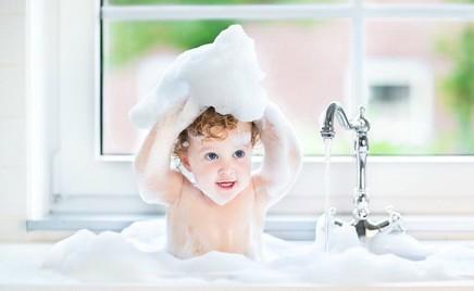 Мамины помощники: в чем купать малыша с рождения до трех лет