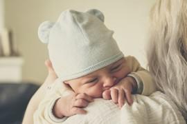 Ребенок не держит голову: физиологическая норма и патология, причины, как можно помочь