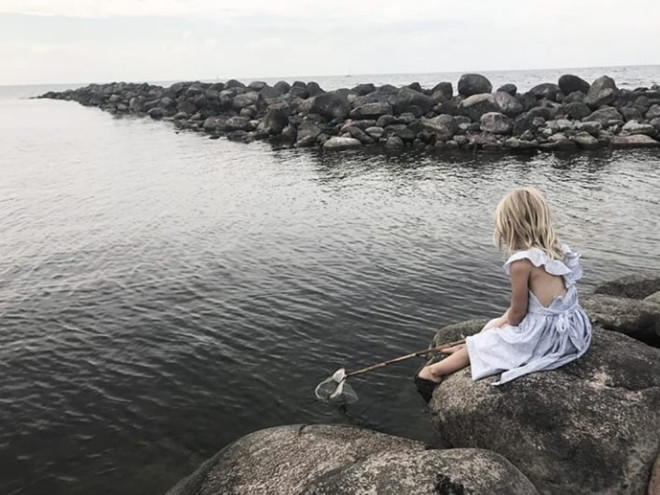 Принцесса Леонор ловит рыбу сачком