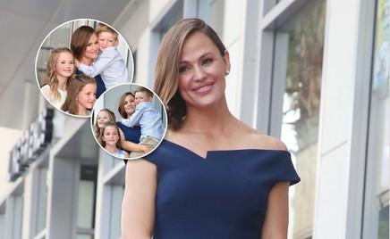 Все вместе: Дженнифер Гарнер с тремя детьми на «Аллее славы»