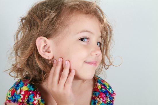 Интересно, а существуют ли сейчас девочки, которым больше 3-5 лет и у них не проколоты уши???