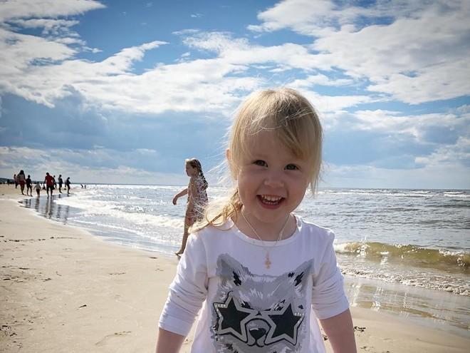 Видео: дочь Игоря Николаева резвится на пляже