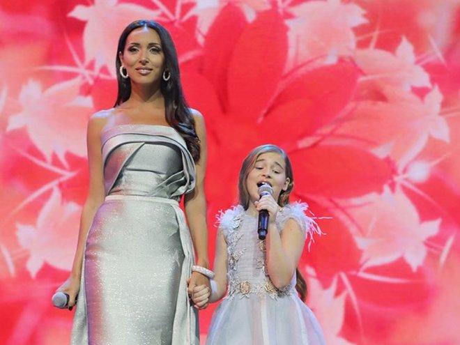 Алсу с дочкой Микеллой поют