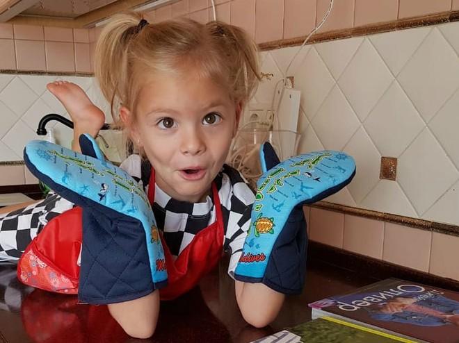 Четырехлетняя дочь Тимати учится готовить по кулинарной книге