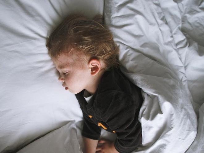 Болезни, ночные кошмары или особенность: почему малыши плачут во сне?