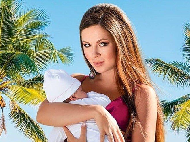 Певица Нюша с новорожденной дочкой