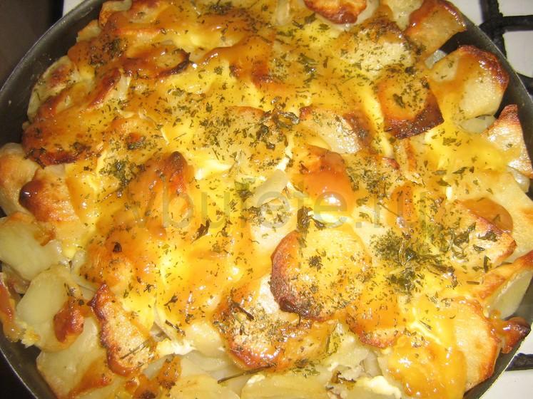 Картофель — 1,5 килограмма, майонез — грамм, соль — 1 чайная ложка (по вкусу), перец черный — щепоток, сухие специи — щепоток, растительное масло — 2 ст.