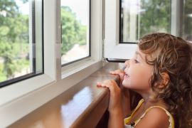 4 способа защитить ребенка от выпадения из окна